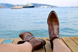 Sepatu Kebesaran