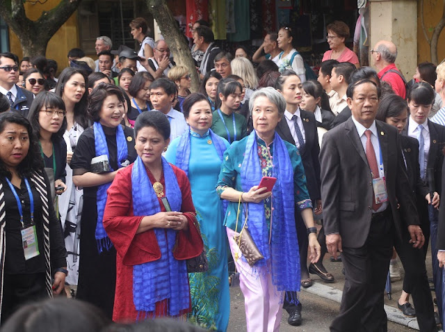 Spouses of APEC leaders tour Hoi An