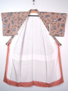小紋は柄の大小は関係なく、着物全体に同じ模様が均一にちりばめられている染め着物です