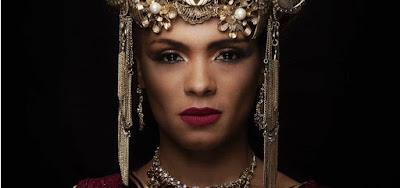 A atriz Lidi Lisboa caracterizada como Jezabel, a personagem título da nova novela da Record