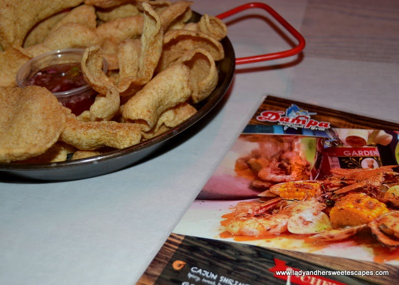 complimentary crackers at Dampa restaurant Dubai