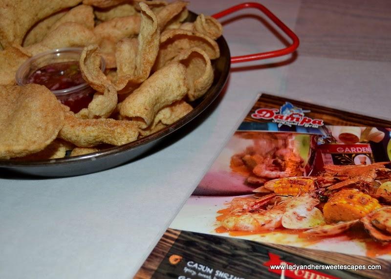 complimentary crackers at Dampa restaurant Dubai