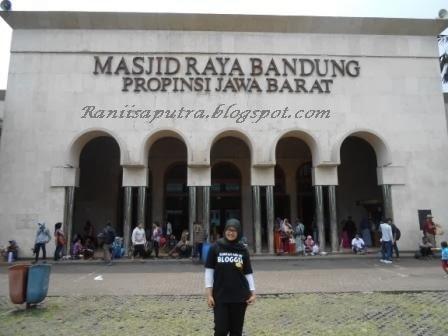 Pose manis  di depan masjid raya bandung