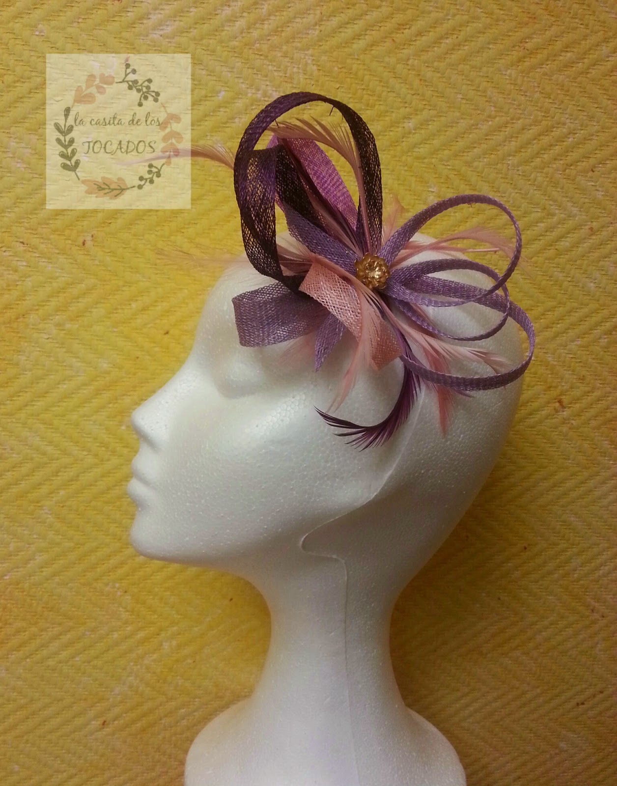 tocado para boda en colores malva, berenjena y rosa con plumas