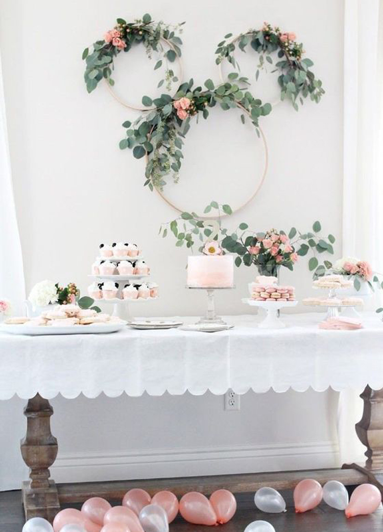 Como hacer coronas gigantes de flores para decorar tu boda facil y barato blog de bodas - Decorar bar barato ...
