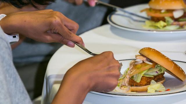 McDonald's retira ensaladas de 3.000 restaurantes por brote de ciclospora en EE.UU.
