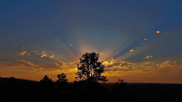 Sun rays illuminate the horizon in Idaho...