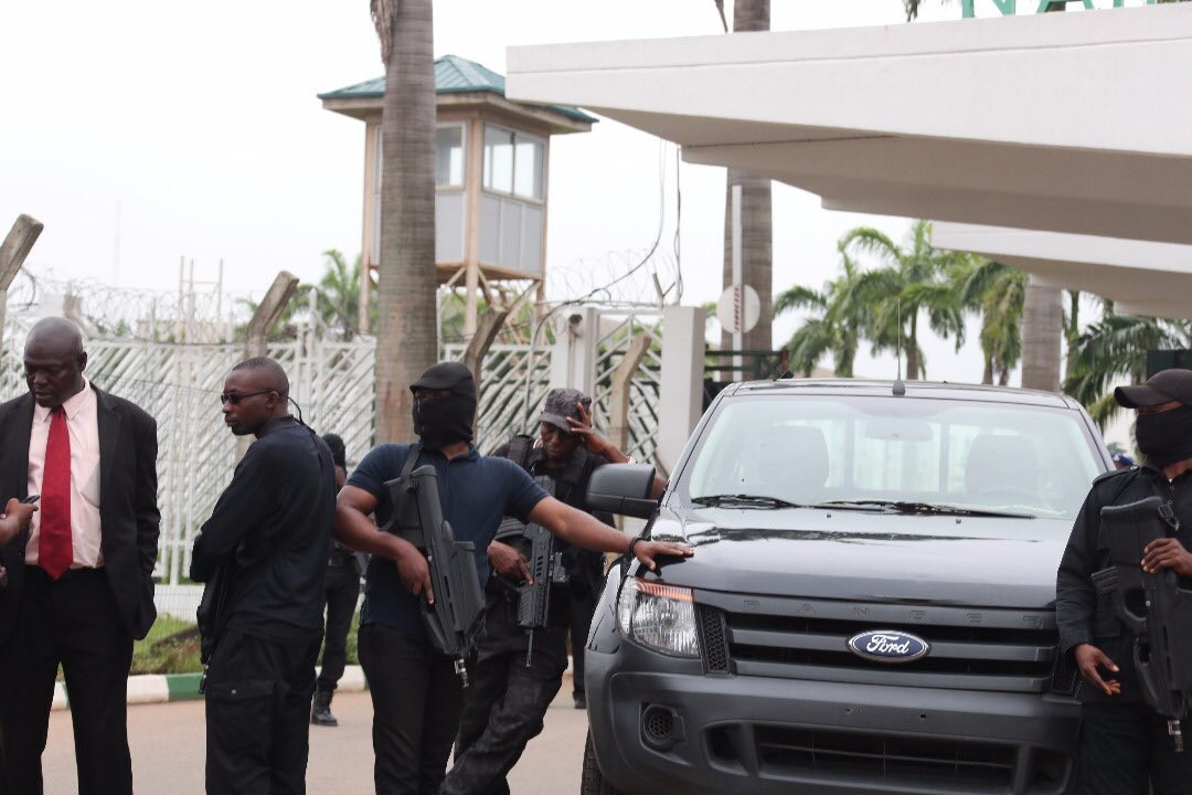 Video: PDP Senators forces their way into the national assembly complex but the senate chambers remains blocked by DSS