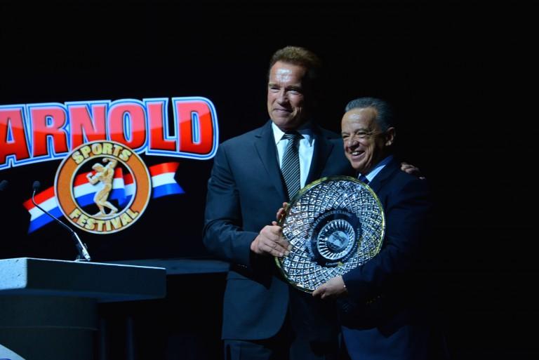 Arnold Schwarzenegger entrega Lifetime Achievement Award 2016 para o Dr. Rafael Santoja. Foto: IFBB/Divulgação