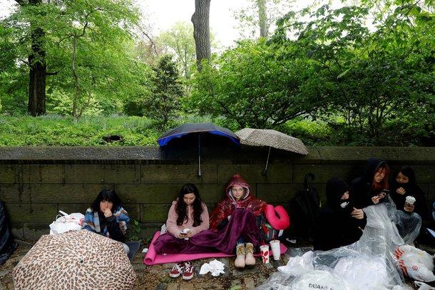 تعليقات مستخدمي النت على انتظار الجماهير الامريكية لفرقة BTS تحت المطر
