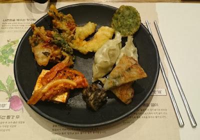 Koreanisches Abendessen mit Kimchi
