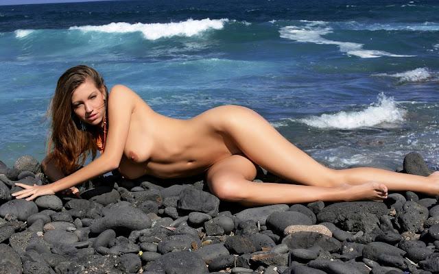 Обнаженная, девушка, волосы, взгляд, тело, грудь, ножки, поза, лежит, берег, камни, море, волны