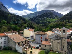 Château de Puilaurens et village de Lapradelle vus depuis le train rouge
