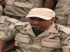 نبيل الصوفي وهو يرتدي الزي العسكري جوار طارق صالح