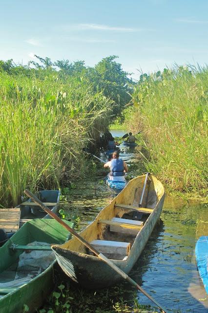 Passeio pelo rio nas Dunas de Itaúnas, no Espírito Santo.