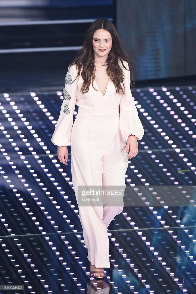 6e6e028929b8 Sanremo 2016  tutti i look femminili delle 5 serate - Lo stile di ...