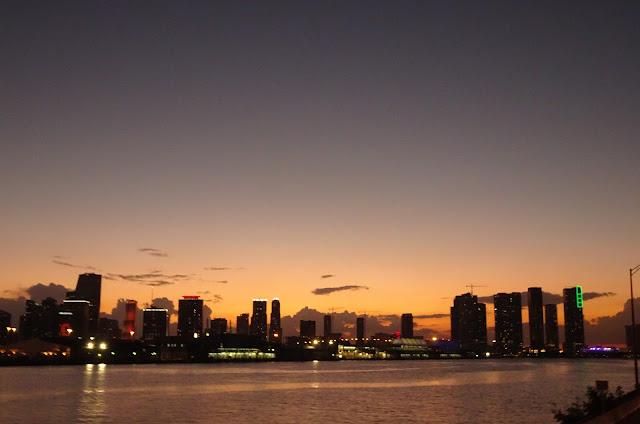 Regreso de la excursión en barco al atardecer viendo la puesta de sol