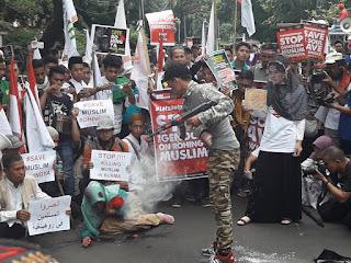 aksi treatikal pendemo - Hoax Rohingya Marak, Ini Kata Sekjen MDHW