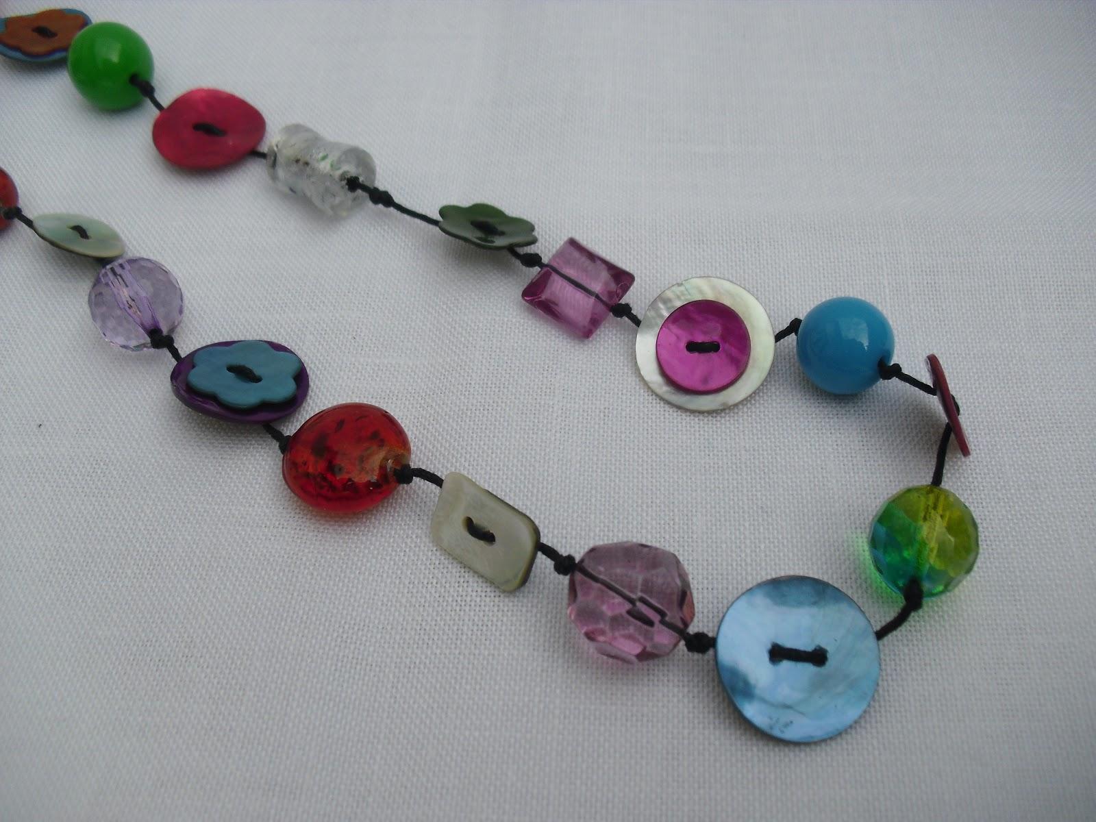 Popolare dituttounpobytitti: collana con bottoni e pietre colorate BT24