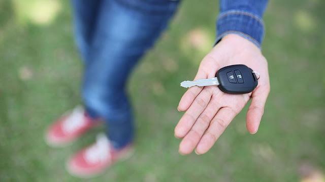 Pessoa segurando chave de carro
