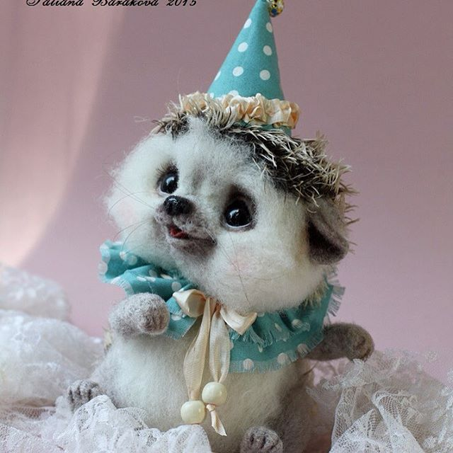 14-Hedgehog-Party-with-a-Hat-Tatiana-Barakova-Татьяна-Баракова-Plush-little-Animals-made-of-Wool-www-designstack-co