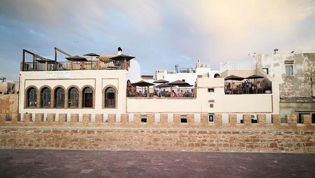Widok z murów obronnych na pobliskie restauracje, Essaouira, Maroko