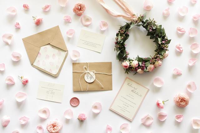 Różowa papeteria wykonana z papieru ekologicznego przez paperplant.
