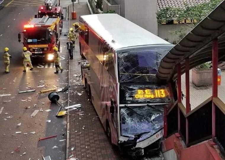 Bus NWFB 113 Tabrakan Dengan Taksi dan Mobil Pribadi di Sheung Wan,Kondisi Rusak Parah