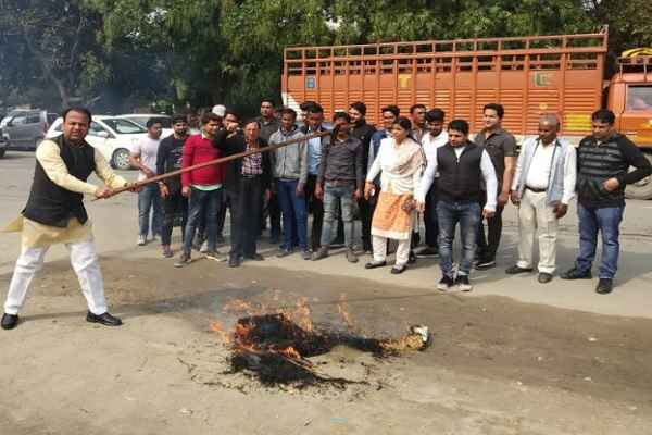 congress-leader-sumit-gaur-burnt-pakistan-putla-against-pulwama-attack