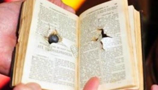 Biblia con impacto de disparo