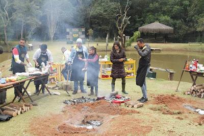 Participantes cavam buraco onde irão assar o peixe (Foto: Gabriel Gabe)