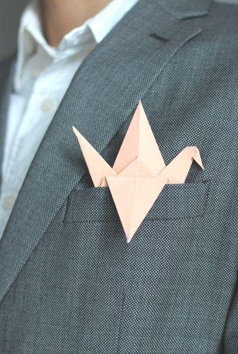 Pájaro de papel origami para decorar el bolsillo del traje del novio. Una idea divertida y muy original