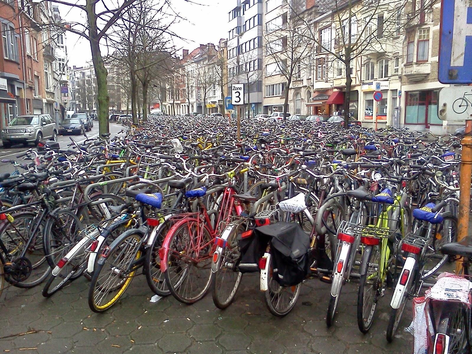 Bicicletas junto a la estación de tren en Gante