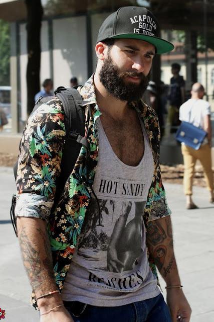 Look masculino com camisa floral por cima