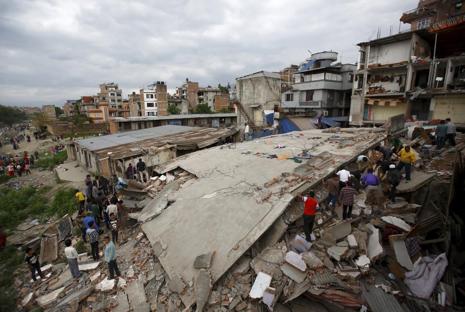 Người dân đang tìm kiếm nạn nhân bị đè dưới đống đổ nát của một tòa nhà ở Pokhara, thành phố lớn thứ hai của Nepal. Hình bởi Reuters.