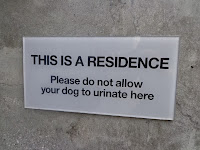 A sign prohibiting dogs to urinate
