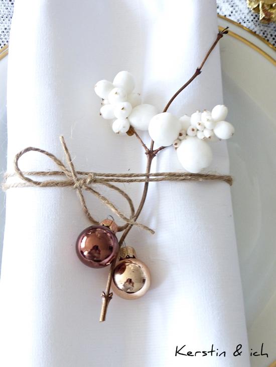 Tischdeko Serviettenhaltern mit Kordel und Christbaumkugeln