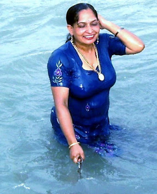 Mallu Aunty Bathing In Ganga Showing Cleavage