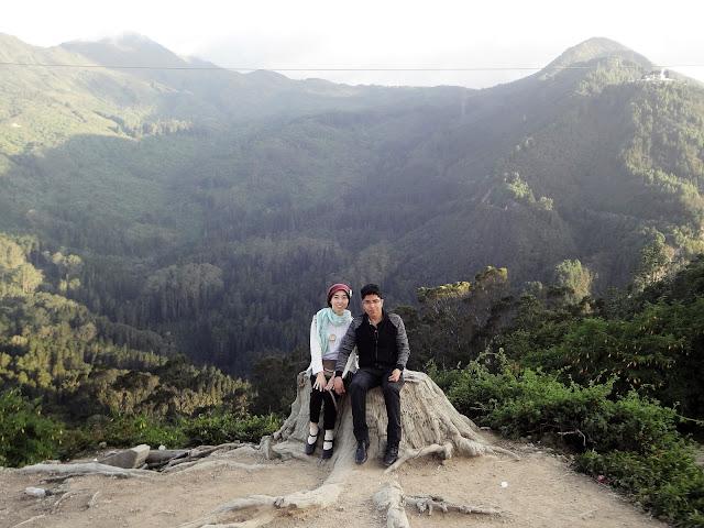 モンセラーテの丘の裏側で夫婦の記念撮影