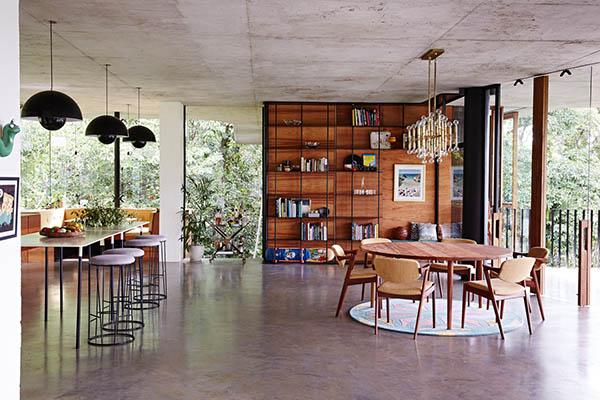 Une grande pièce à vivre aux murs de verre