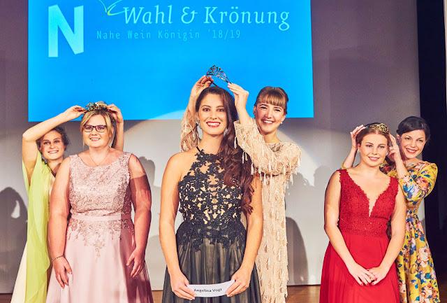Der neuen Naheweinkönigin Angelina Vogt sowie ihren Prinzessinnen Tina Haas und Annika Homann