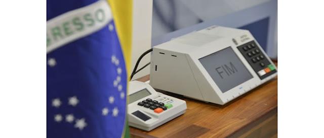 Mesário pode alterar dados de urnas eletrônicas durante eleições, diz especialista.