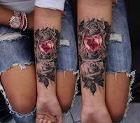 tatuaje rosas en blanco y negro con diamante de corazon