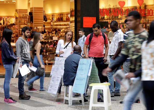 Crise no mercado de trabalho faz renda do brasileiro encolher, aponta IBGE