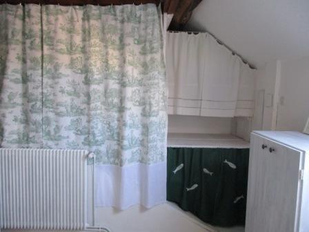 la petite maison de sylvie rideaux dressing en sous pente. Black Bedroom Furniture Sets. Home Design Ideas