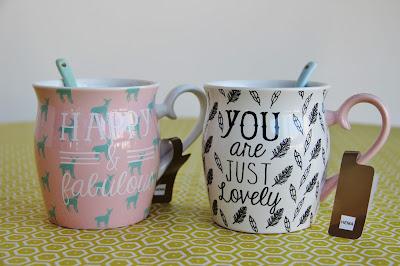 Craquage total pour ces deux jolies tasses aux couleurs douces et aux citations positives inspirantes achetées chez HEMA France!