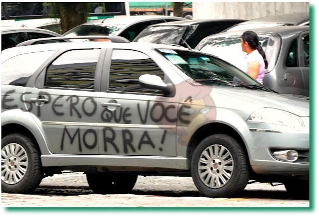 """Carro pichado com a frase """"EsperoQue Você Morra!"""", para uso numa produção de TV, que estava estacionado na Praça Barão do Rio Branco, no Centro de Santos/SP"""