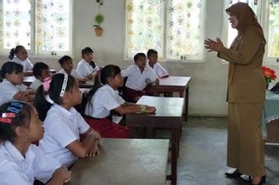 Mendikbud Wajibkan Guru Delapan Jam di Sekolah