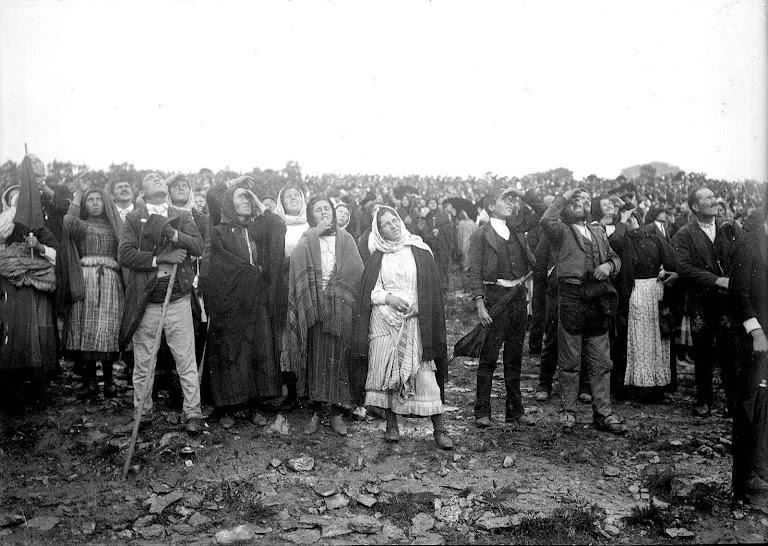 Milhares de presentes viram o Milagre do Sol em 13 de outubro de 1917.