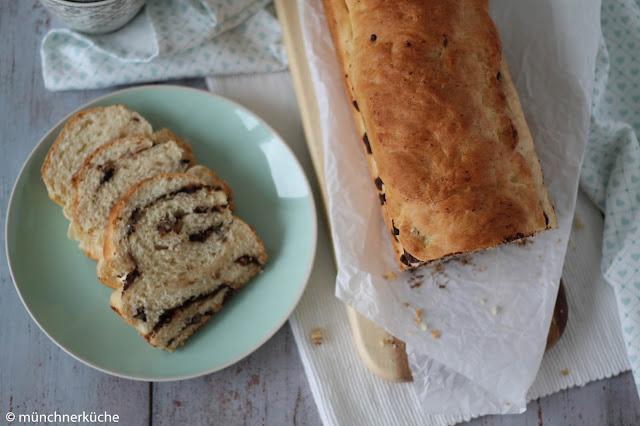 Wunderbar lockerer Hefeteig gefüllt mit Schokolade und Pekanüssen und als Brot gebacken.